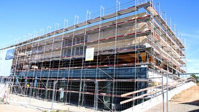 Das neue zentrale Feuerwehrhaus in Feldrennach ist derzeit noch eingerüstet. Es soll Mitte 2021 eingeweiht werden.