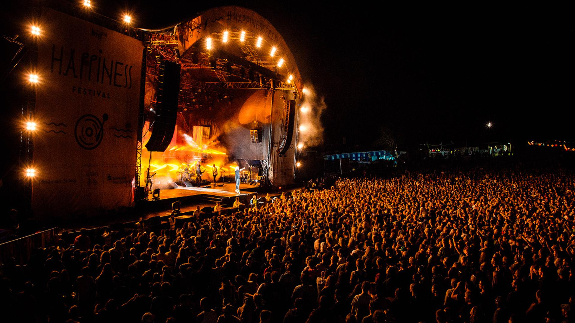 Bühne und Menschenmenge beim Happiness-Festival in Straubenhardt.