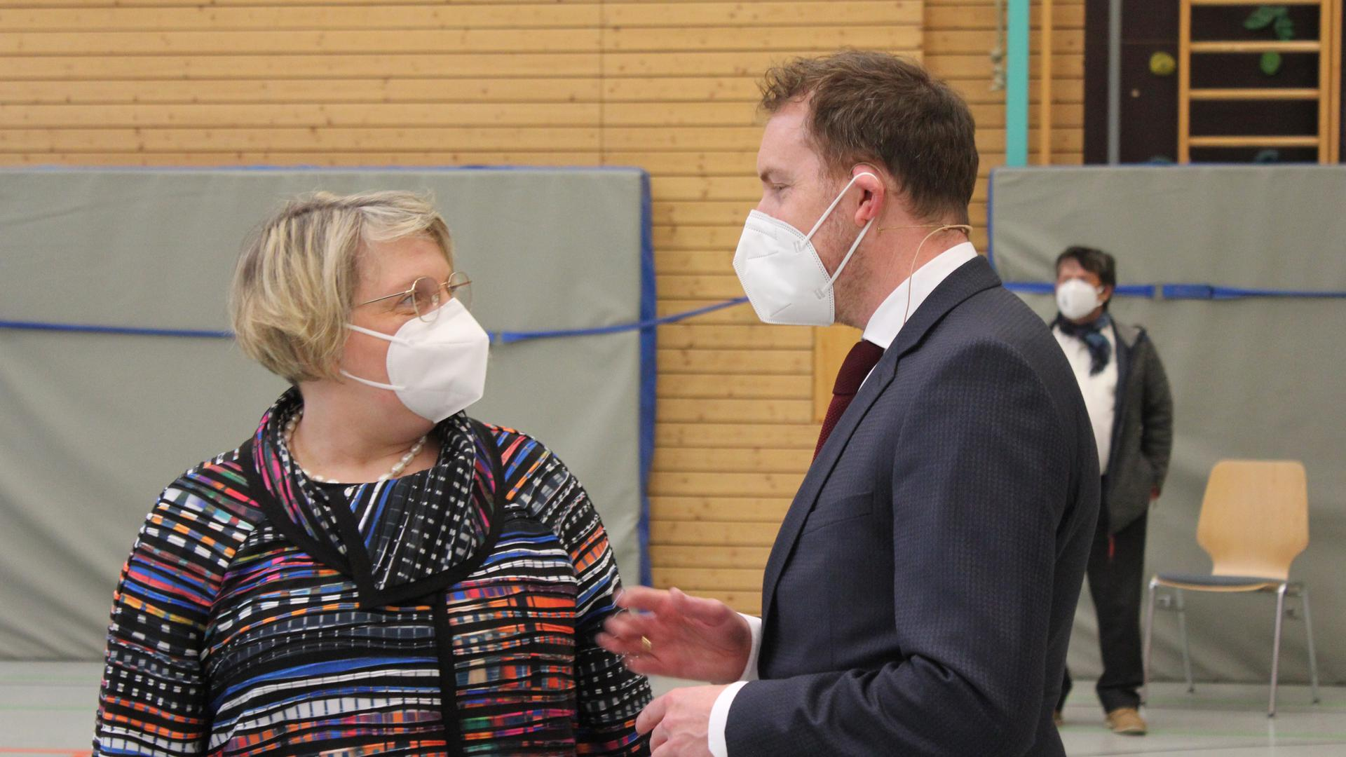 Prominenter Gast: Die SPD-Bundestagsabgeordnete Katja Mast verfolgte in der Straubenhardthalle die Vorstellung von Amtsinhaber Helge Viehweg (rechts) und seinem Gegenkandidaten Samuel Speitelsbach.