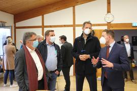 Blick nach dem vorne nach dem Wahlsieg: Helge Viehweg (rechts) hat in seiner zweiten Amtszeit einiges vor. Hier am Wahlabend im Gespräch mit Gemeinderat Hans Vester (von links), dem Engelbrander Bürgermeister Thomas Keller und Landrat Bastian Rosenau.