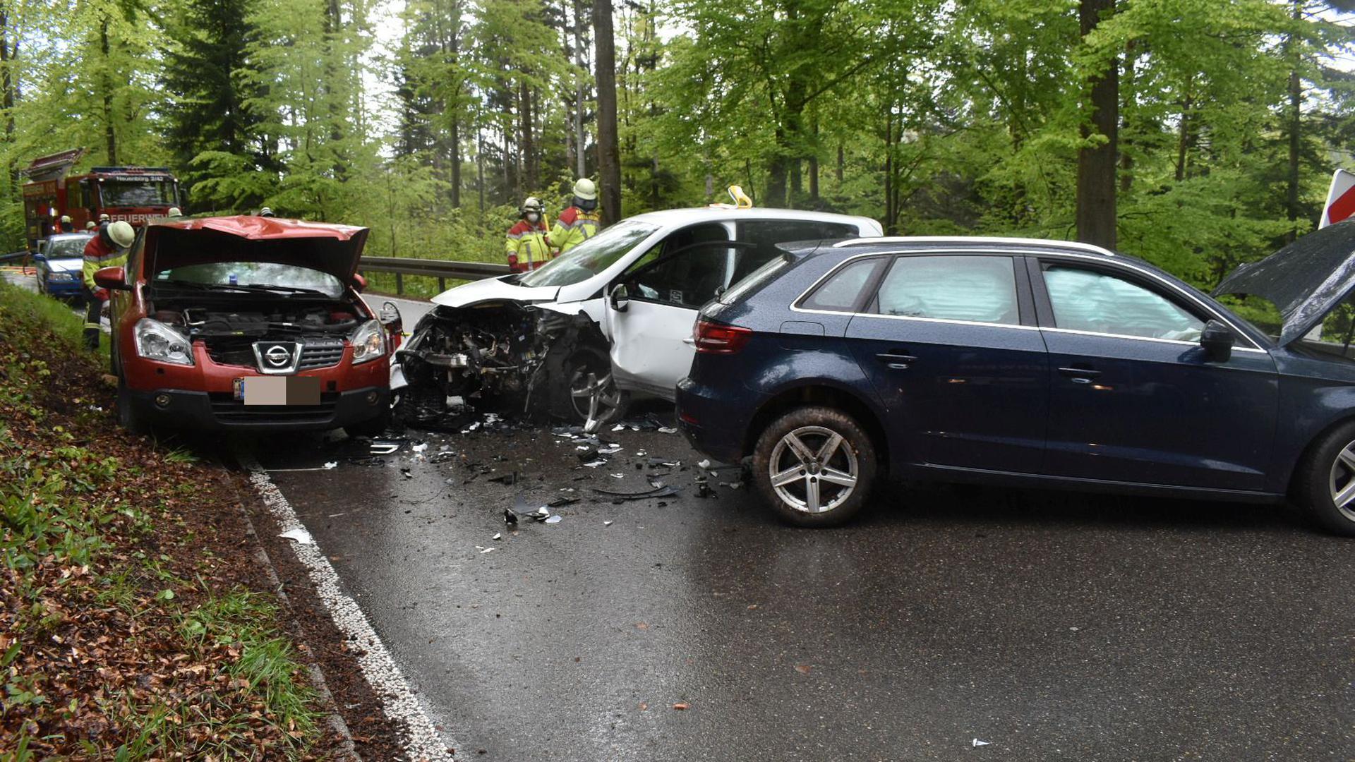 Bild der Zerstörung: Drei Autofahrer krachten am Montagnachmittag zwischen Schwann und der Eyachbrücke aufeinander.
