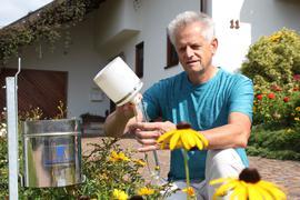Klimawandel vor der Haustür: Jeden Tag misst Norbert Nentwig an seiner Wetterstation die Regenmenge. Davon gab es in diesem Sommer reichlich.