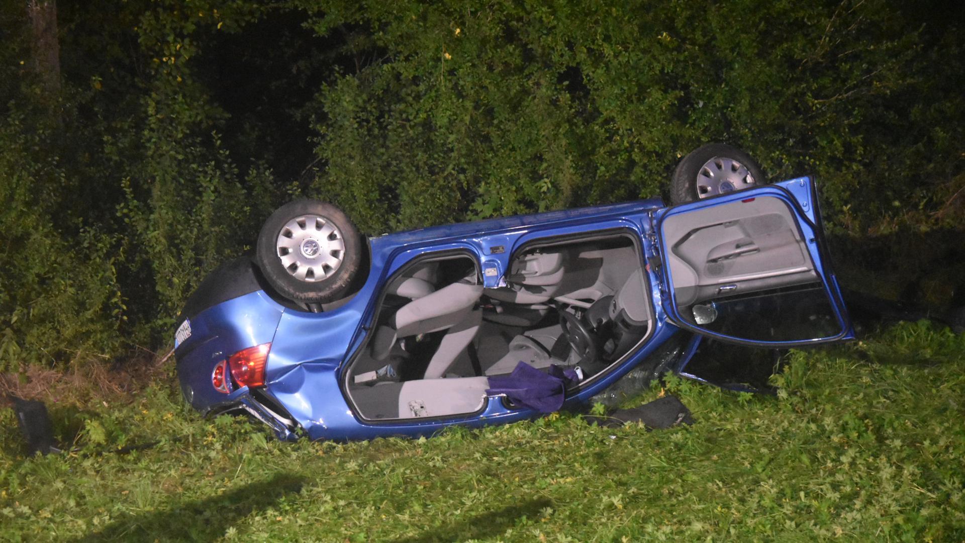 Unfall Tiefenbronn Mühlhausen: blaues Auto auf dem Dach liegend