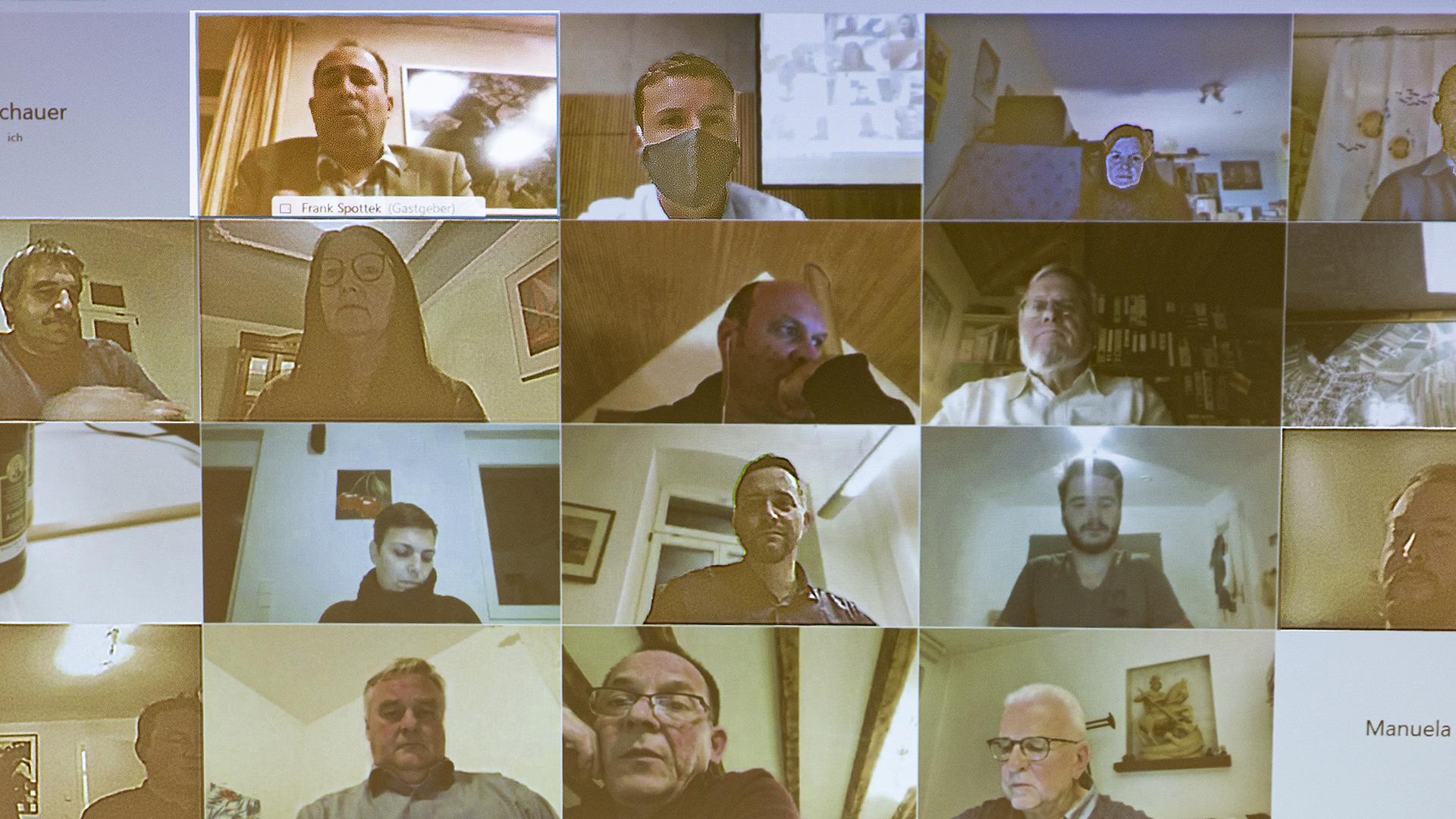 Videokonferenz, viele kleine Bilder nebeneinander.