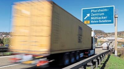 Ein Lastwagen fährt auf der A8 an der Ausfahrt nach Pforzheim und Niefern-Öschelbronn.
