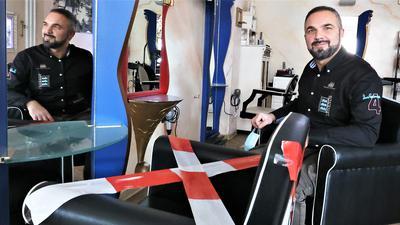 Sitzen statt Schnibbeln: Enzo Scarpello sitzt ungeduldig in seinem Salon in der Pforzheimer Bleichstraße. Fast drei Monate waren die Pforzheimer Friseure zum Nichtstun verdammt.
