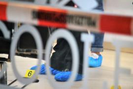 Beamte der Pforzheimer Polizei sichern nach einem Überfall am Mttwochabend hinter einer Absperrung Spuren in einem Friseurgeschäft im Bereich der Fußgängerzone.