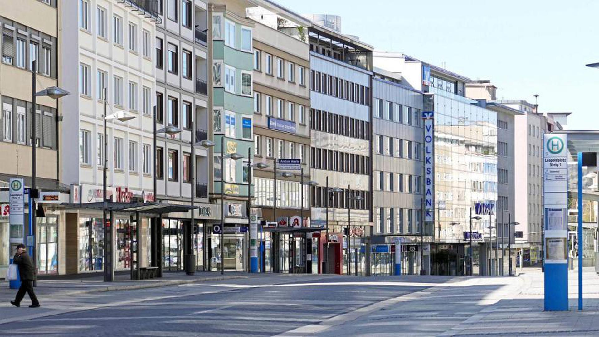 Wie eine Geisterstadt wirkte die Pforzheimer Innenstadt wie hier der Leopoldplatz am Sonntag. Viele Pforzheimer nutzten das sonnige Wetter für einen Spaziergang am Enzauenpark oder im Stadtgarten – allerdings allein oder zu zweit – gemäß den Vorgaben des Landes.