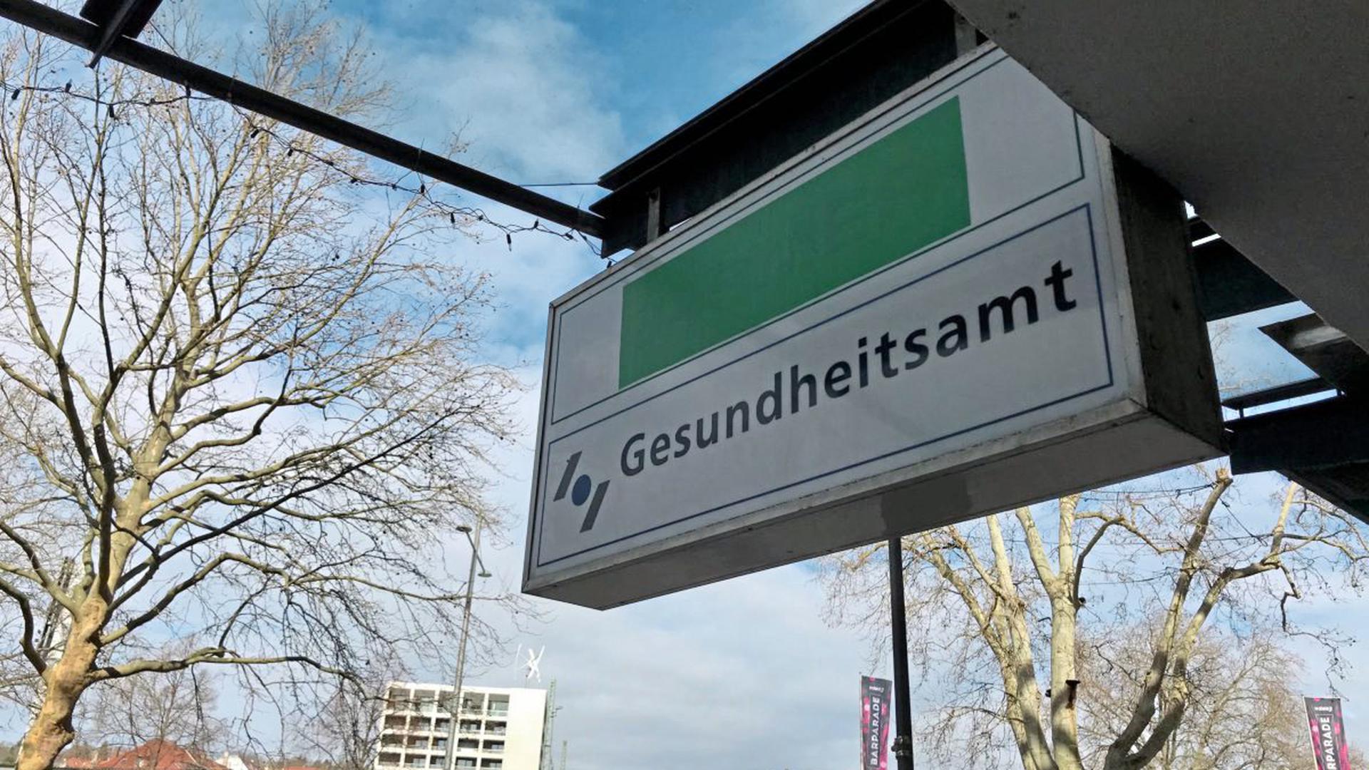 Das Hinweisschild am Gesundheitsamt Pforzheim/Enzkreis