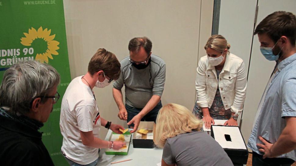 Gleich vier Wahlgänge auszuzählen hatte der Grünen-Kreisverband Enzkreis, nachdem weder Kandidat noch Ersatzkandidat im ersten die absolute Mehrheit bekamen.