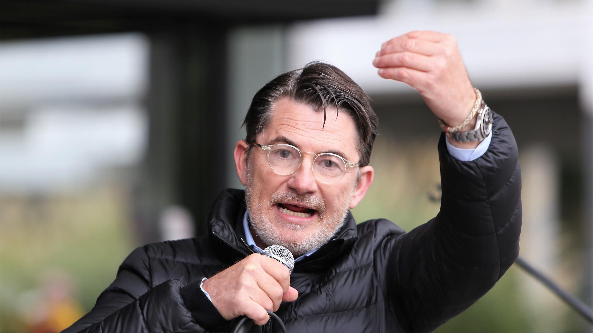 Stargast bei den Grundgesetz-Schützern: Arzt und Querdenken-Aktivist Guido Hofmann hält eine Rede bei der Corona-Demonstration am Samstag vor dem Neuen Rathaus in Pforzheim.