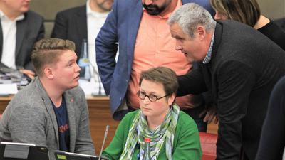 Klärungsbedarf: Die beiden grünen Fraktionschefs Felix Herkens (links) und Axel Baumbusch diskutieren im Pforzheimer Ratssaal während in einer Sitzungspause.