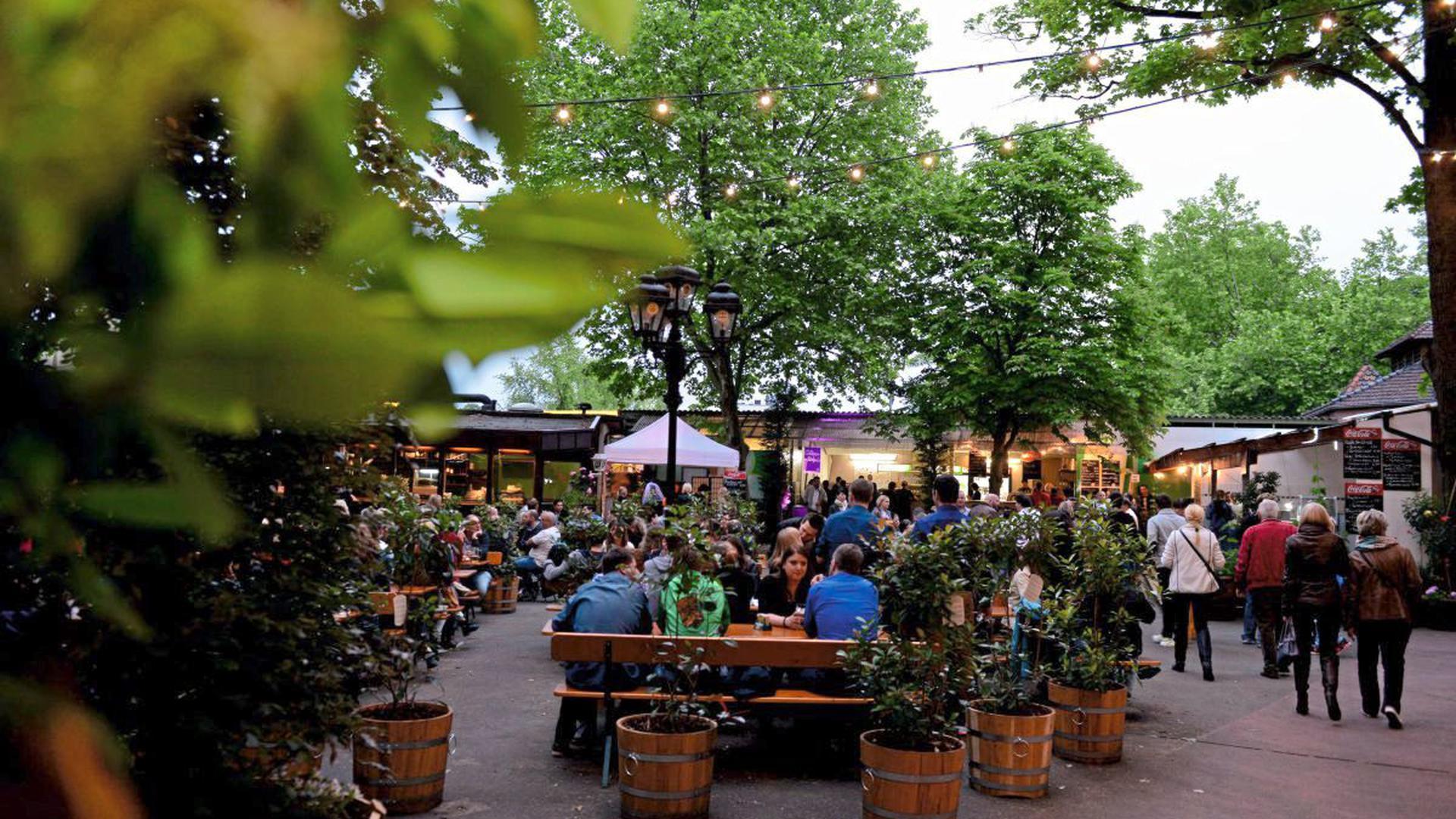 Ausruhen, entspannen und genießen - können die Besucher im Hoepfner Burggarten vor der Burg in der Karlsruher Oststadt.