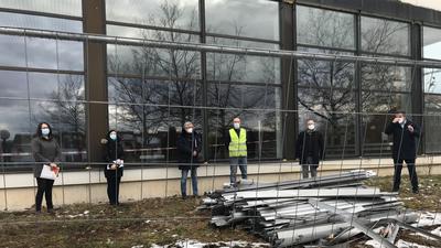 Zeit zum Abschiednehmen: Das alte Huchenfelder Bad wird spätestens Pfingsten weichen. Unter anderem Oberbürgermeister Peter Boch und Bäderchef Lutz Schwaigert (von rechts) begleiteten den Beginn der Vorarbeiten.