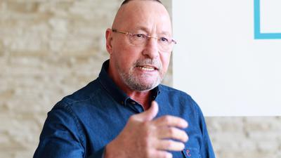 """In Bewegung: Uwe Hück gestikuliert bei der Vorstellung der Pläne für die neue Partei """"Bürgerbewegung für Fortschritt und Wandel"""" am Freitag im Möbelzentrum Pforzheim."""