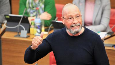 Der Pforzheimer Stadtrat Uwe Hück spricht engagiert während einer Gemeinderatssitzung im Ratssaal der Stadt Pforzheim