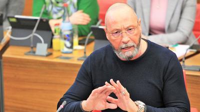 Uwe Hück SPD spricht und gestikuliert als Stadtrat im Pforzheimer Ratssaal