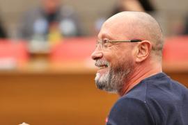 """Stadtrat Uwe Hück auf einem Archivbild im Ratssaal von Pforzheim. Der Partei-Rebell zieht sich vom Rennen um SPD-Mandate zurück und will mit seinen Anhängern """"eine neue Zukunft gestalten""""."""