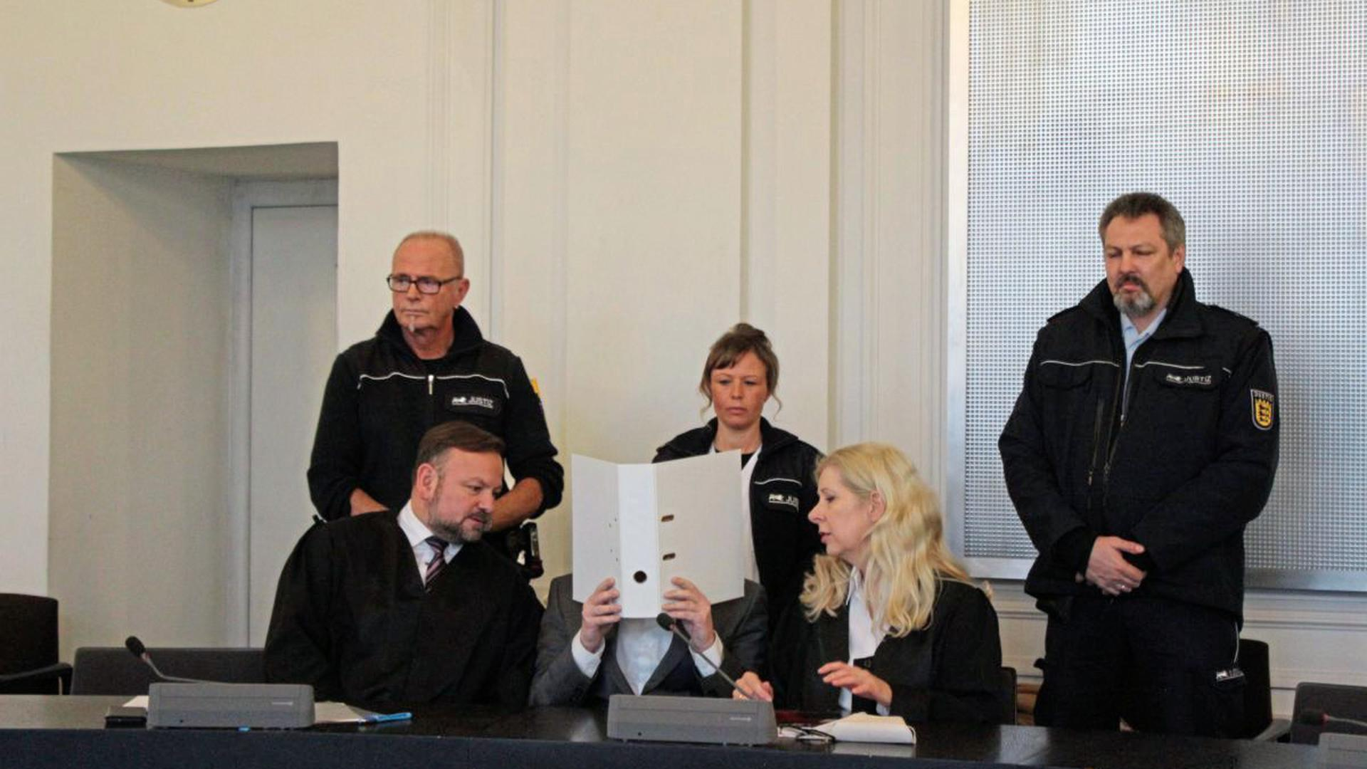 Der Familienvater, der in Tiefenbronn-Mühlhausen seine Frau und seinen Sohn erstochen hat, ist am Dienstag freigesprochen worden. Er wird aber in einem psychiatrischem Krankenhaus untergebracht.