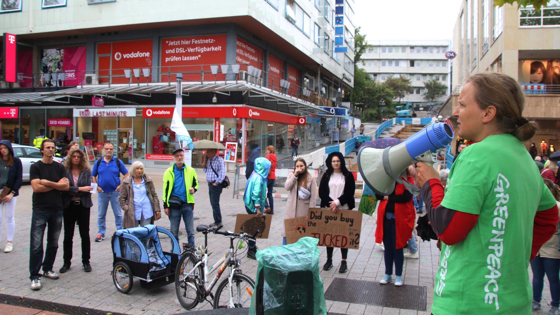 Nach der Großdemo am vergangenen Freitag kamen im verregneten Pforzheim nun weit weniger Menschen zusammen.