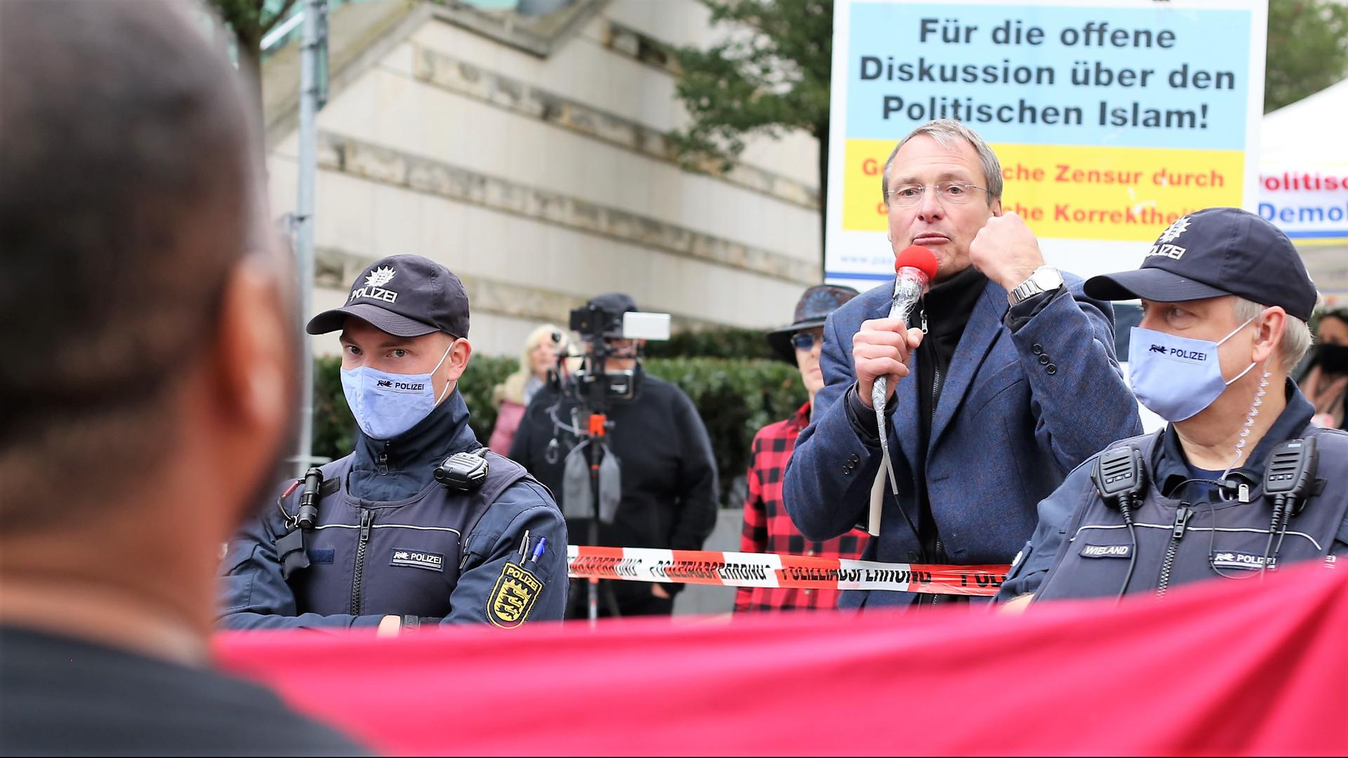 Dauererregt: Rechtspopulist Michael Stürzenberger macht am Samstag Stimmung gegen den Islam mit einer Dauerkundgebung bei der Schlössle-Galerie . Hier ist der Pegida-Frontmann in einem Wortgefecht mit einem muslimischen Bürger.