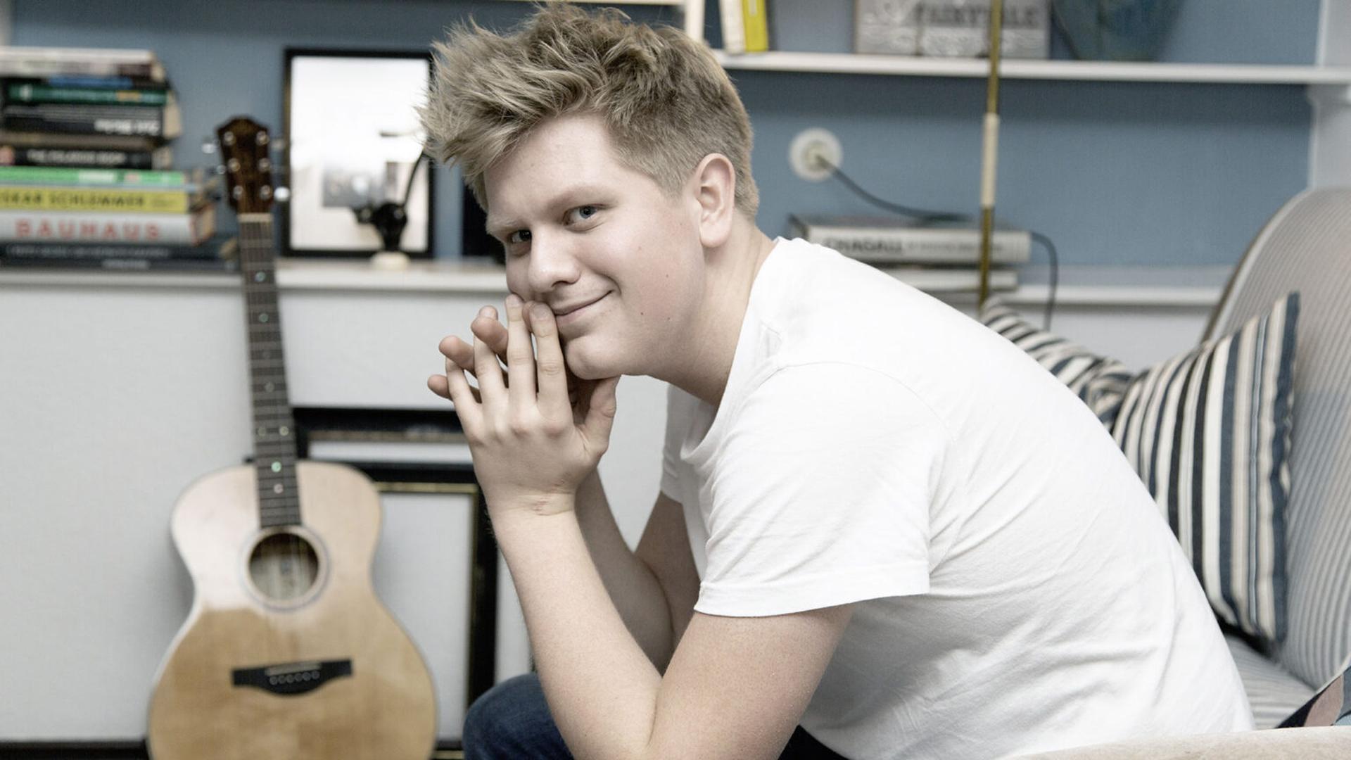 Seine Liebe zur Musik entdeckte Jonas Gavriil schon als kleines Kind. Seit seinem 15. Lebensjahr schreibt er mit Leidenschaft eigene Lieder.