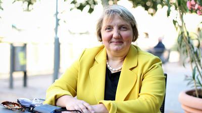 SPD-Bundestagsabgeordnete Katja Mast sitzt in einem Straßencafé an der Enz in Pforzheim