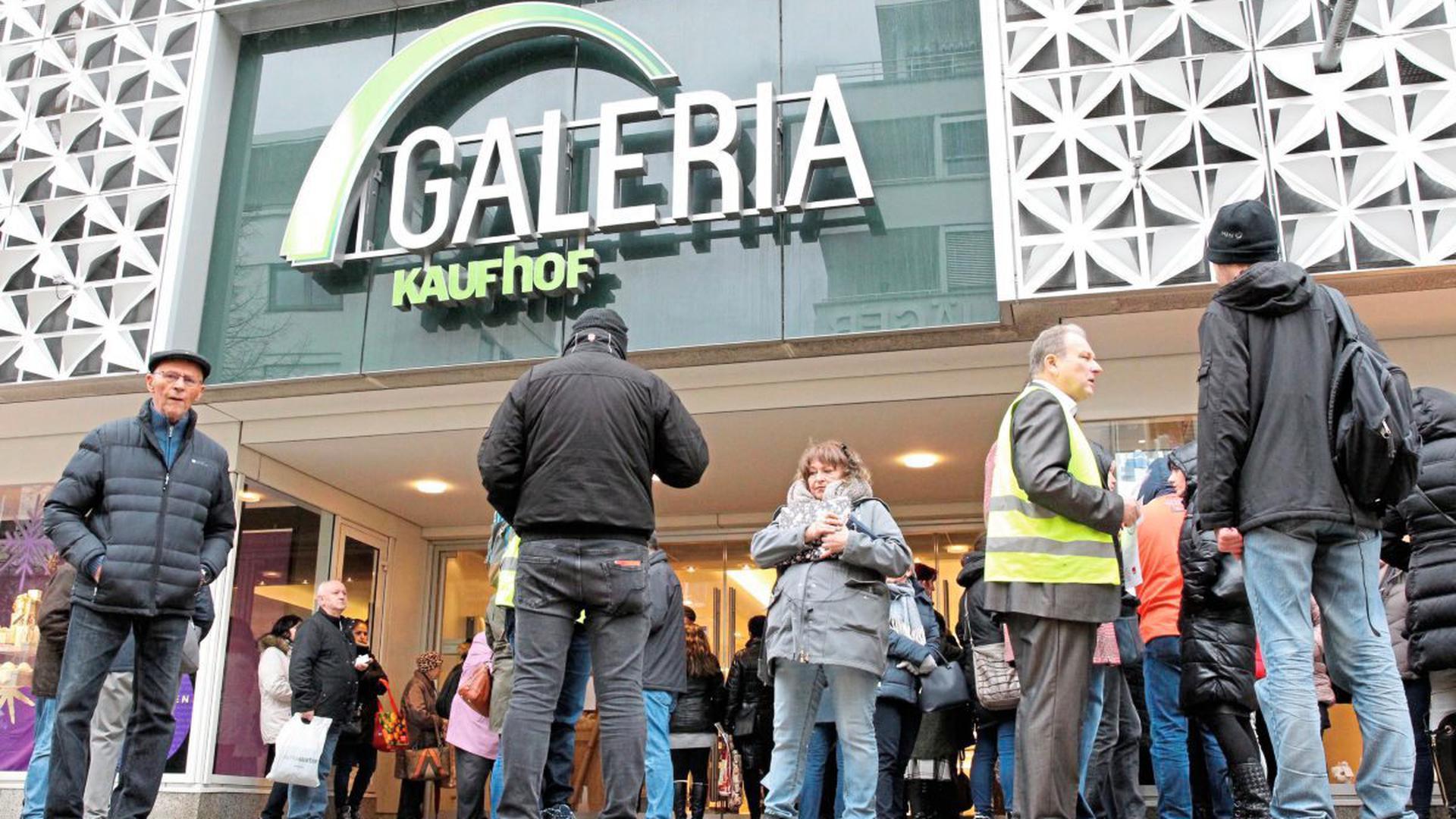 Fast zwei Stunden mussten Kunden der Galeria Kaufhof warten, bis das Kaufhaus öffnete. Grund war ein Warnstreik.