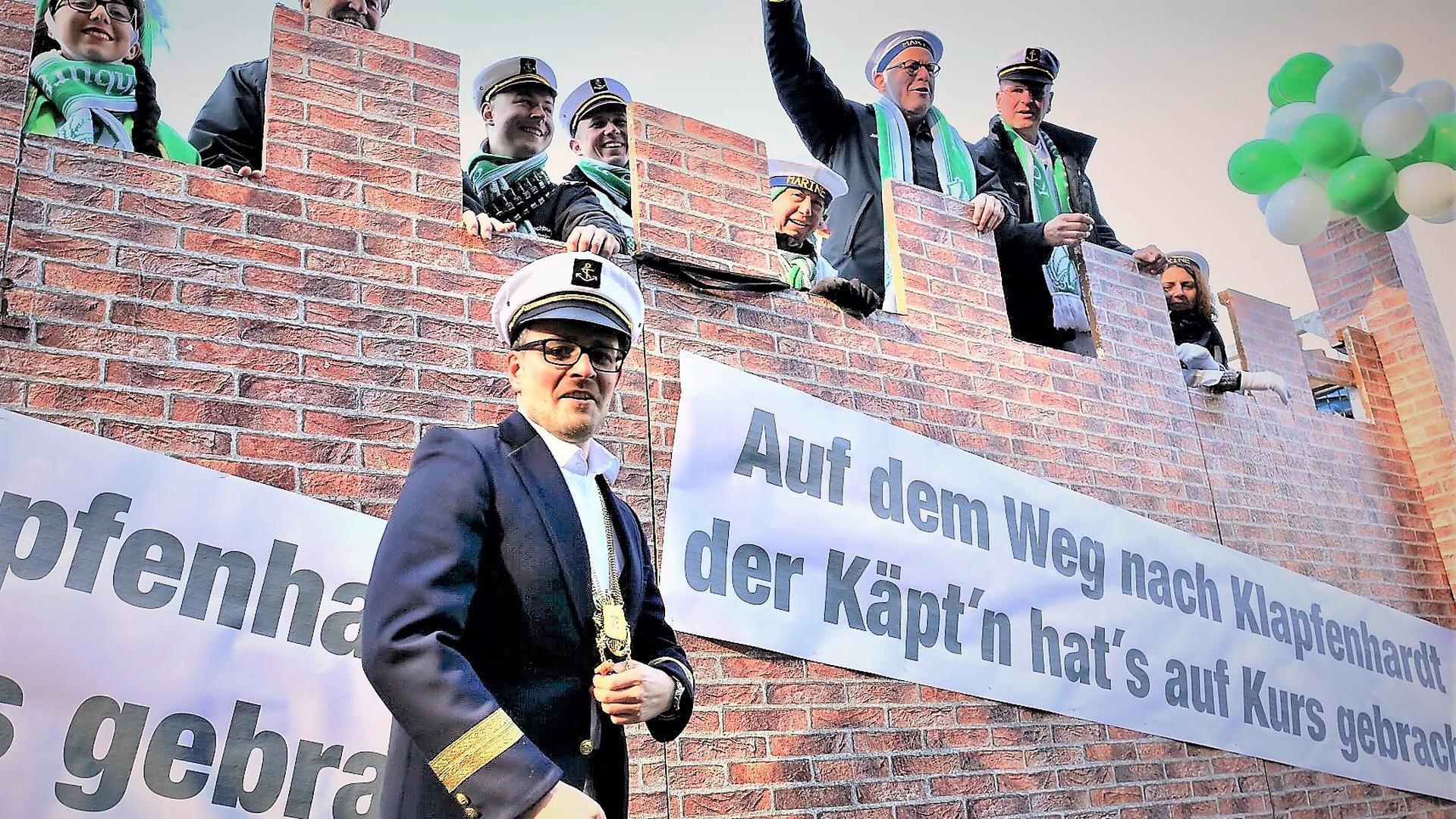 Narretei: Pforzheims OB Peter Boch als Klapfenhardt-Kapitän beim Fastnachtsumzug 2018 in Pforzheim