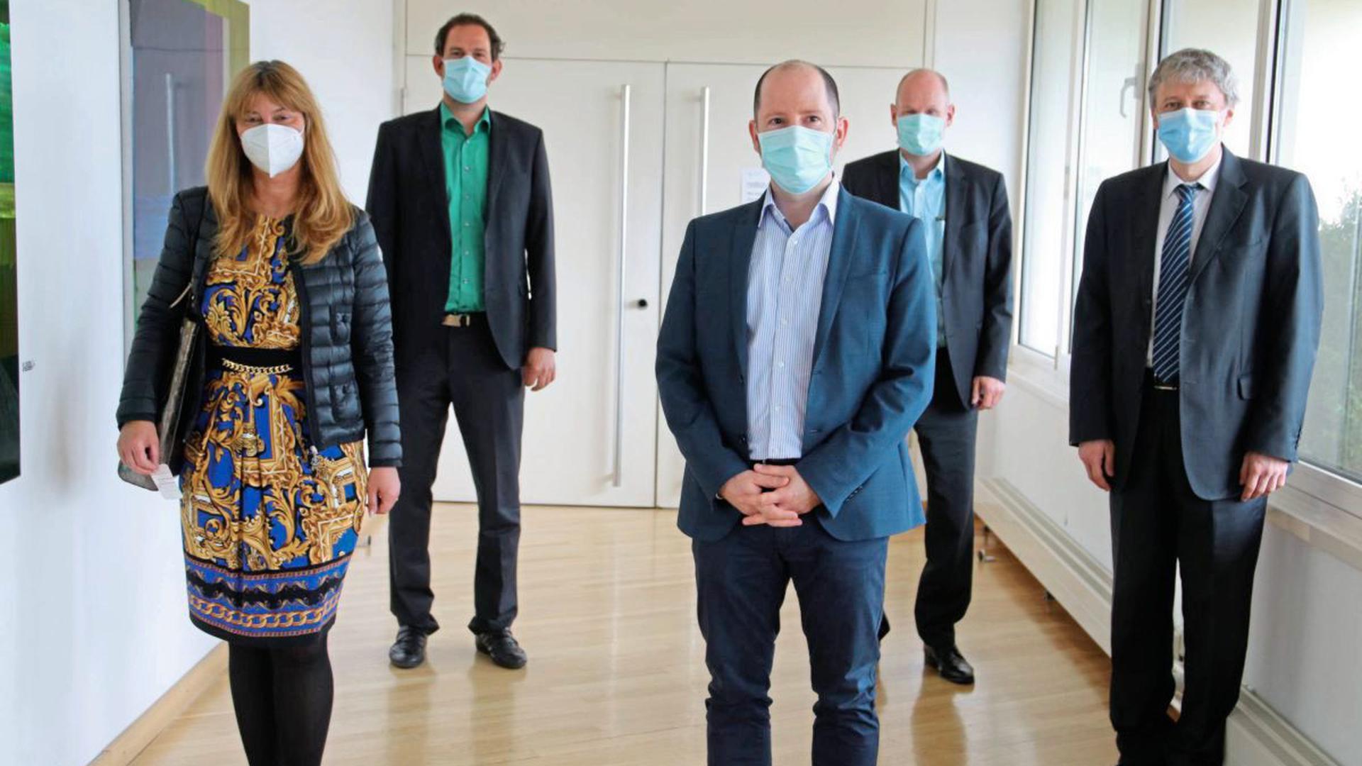 Auftritt im Landratsamt: Oana Krichbaum, Bastian Rosenau, Daniel Sailer und Dirk Büscher begleiten Konsul Radu Florea (von links) zur Pressekonferenz.