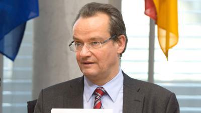 Der Ausschuss-Vorsitzende Gunther Krichbaum (CDU) bereitet sich am 02.11.2015 in Berlin auf die Sitzung des Europaausschusses zur Vollendung der Wirtschafts- und Währungsunion Europas vor. Foto: Soeren Stache/dpa ++ +++ dpa-Bildfunk +++