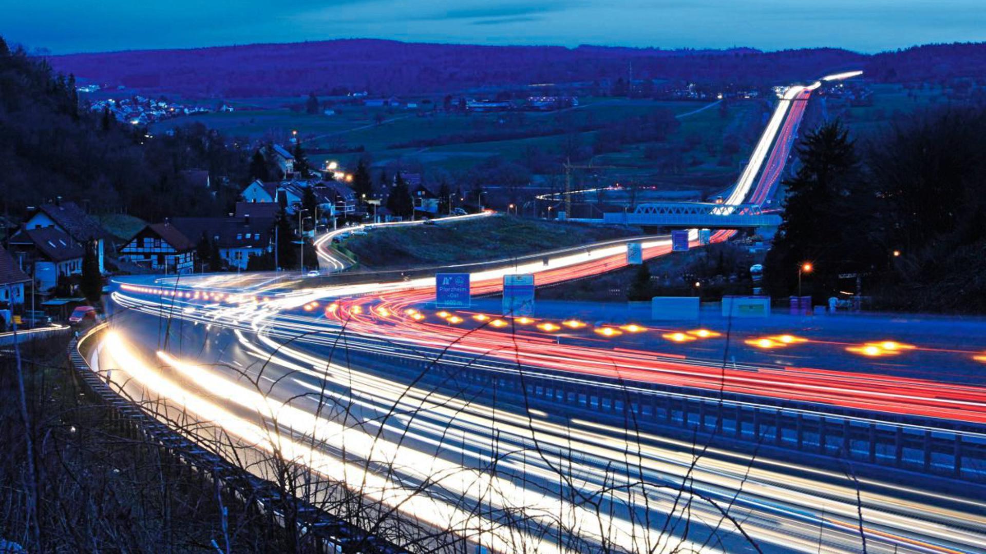 Die A8 bei Pforzheim im Enztal in einer Langzeitbelichtung.