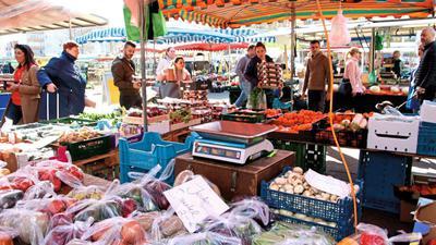 Reges Treiben herrscht am Samstag auf dem Wochenmarkt in Pforzheim.