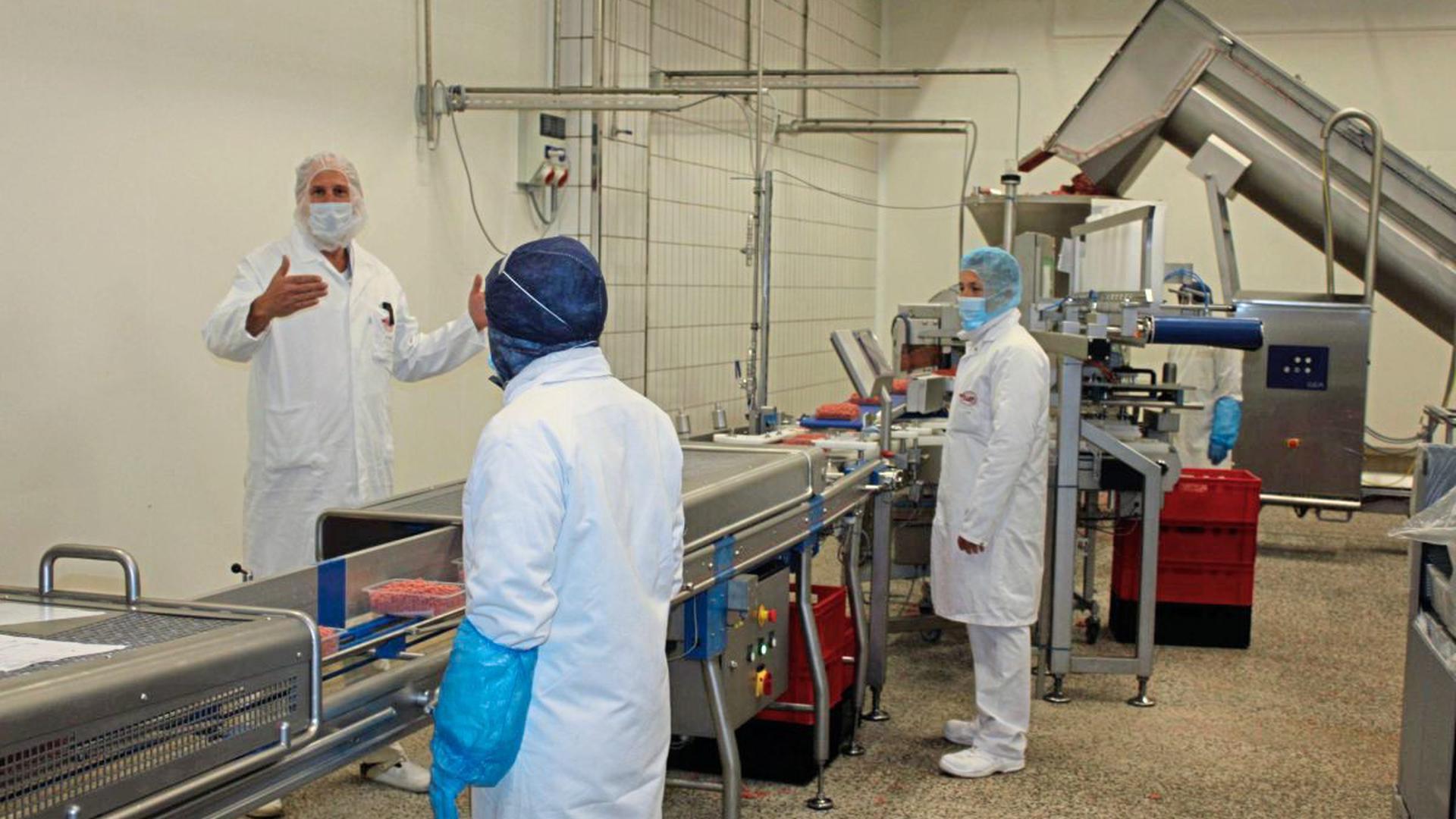 Hackfleisch über Hackfleisch ist seit Ausbruch der Corona-Pandemie bei Müller-Fleisch nachgefragt, erzählt Geschäftsführer Martin Müller (links). Es wird in Birkenfeld in unterschiedlicher Qualität nach Maßgabe von Groß- und kleineren Kunden verpackt.