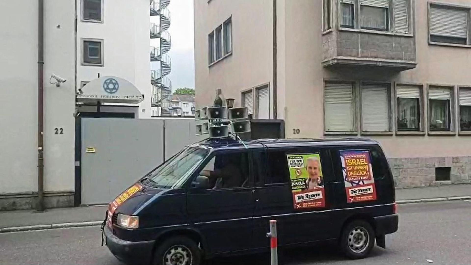"""Megafon und umstrittene Plakate: So präsentierte sich """"Die Rechte"""" vor der Pforzheimer Synagoge und in der Stadt."""