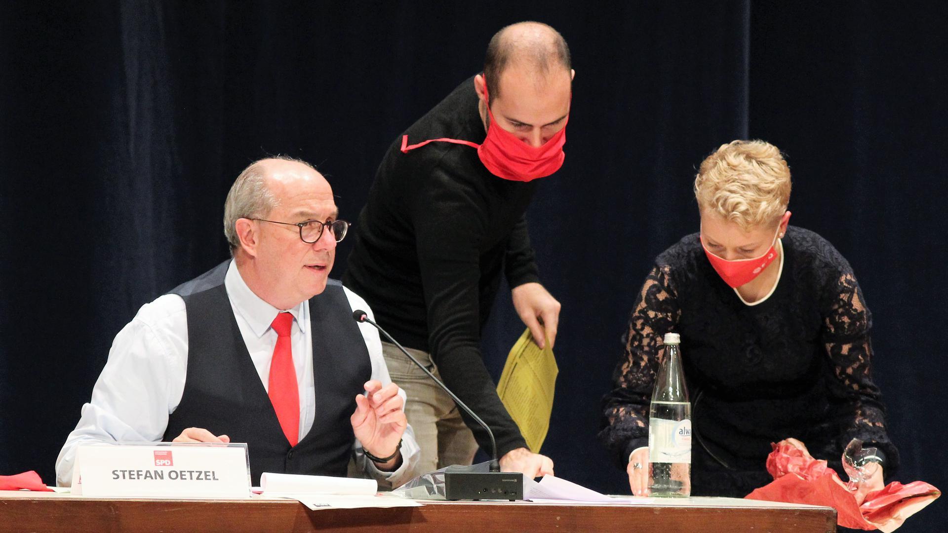 Zerbrochenes Glas: Einziger Zwischenfall des Abends war ein Missgeschick des ansonsten sehr souveränen Stefan Oetzel (links) von der Wahlleitung.