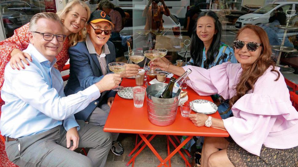 Von links: Andreas Nestele, seine Frau Anneke Nestele, Otto Waalkes, seine Managerin Linh Lu und eine gute Freundin namens Barbara Werthmann.