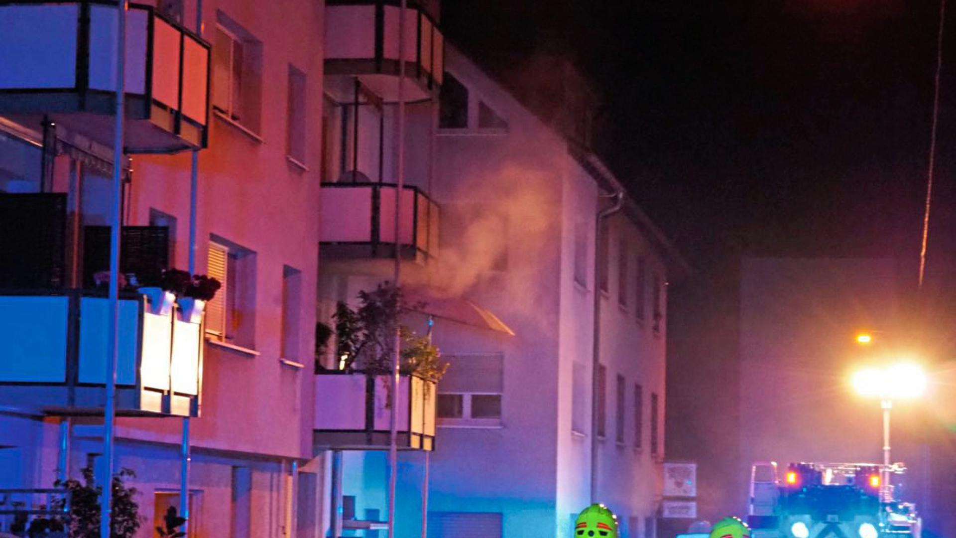 Bei dem Wohnungsbrand in Pforzheim starb eine Person, eine weitere kam lebensgefährlich verletzt ins Krankenhaus.