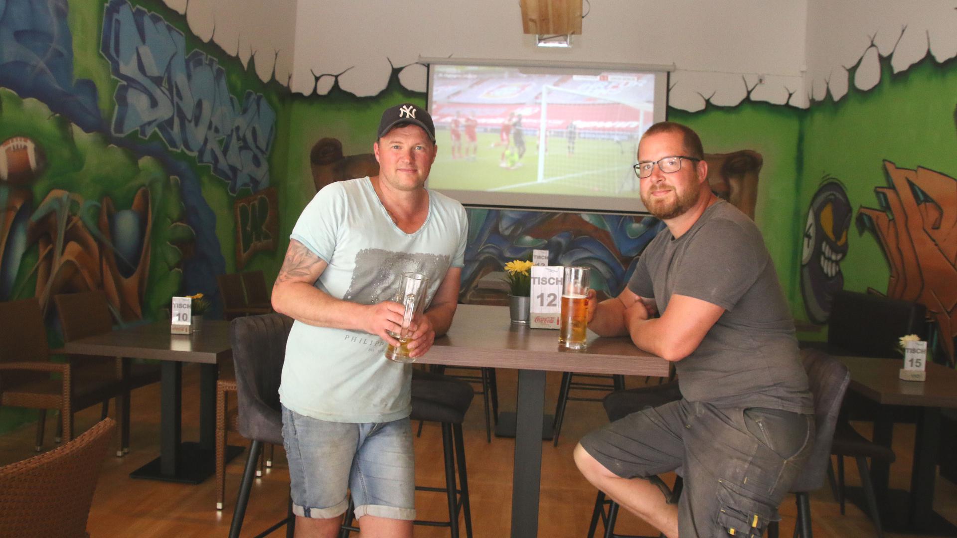 Die Fans können kommen: Patrick Seifert (links, hier mit Mark Langhirt) möchte in seinem Paselino in Wiernsheim vom Ausfall des Enzauen-Public Viewing profitieren.