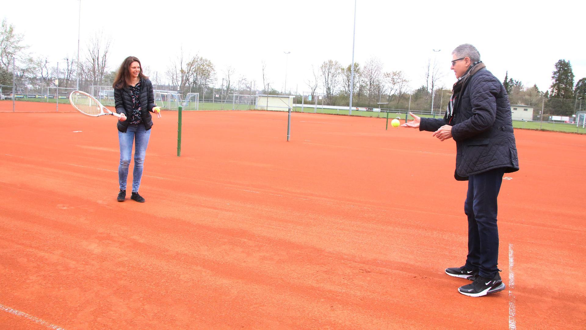 Die Plätze sind bereit: Bei der PSG Pforzheim um Vorstand A Dieter Theurer und Tennis-Sportwartin Ines Ganzhorn ist die Aufbruchstimmung spürbar. Dabei musste man diese Woche erneut die Tennishalle abschließen.