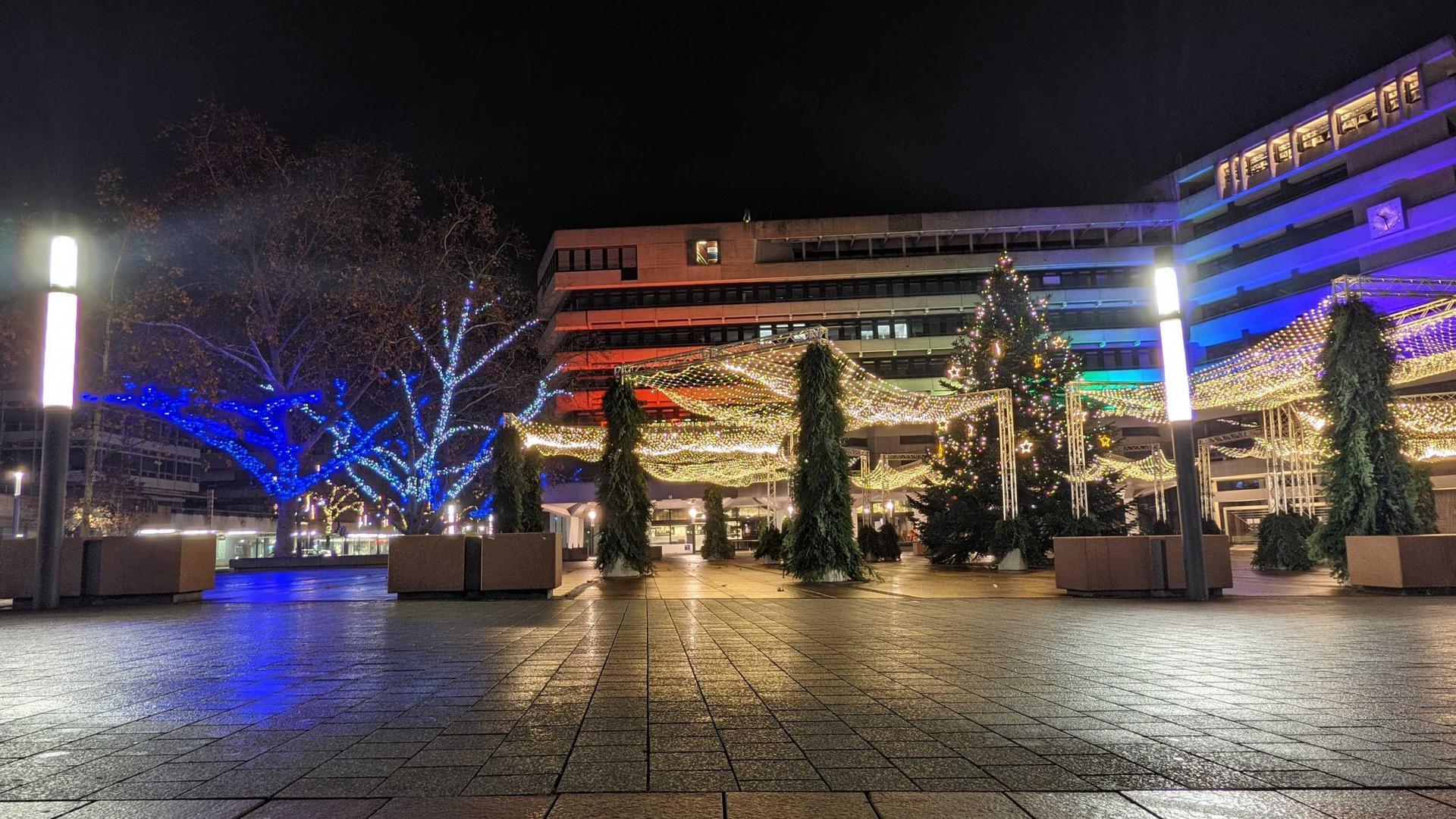 Weihnachtsschmuck, glitzernde Lichter: Festlich geschmückt, aber menschenleer zeigt sich der Pforzheimer Marktplatz mit dem Neuen Rathaus schon vor der am Donnerstag beschlossenen nächtlichen Ausgangssperre für Corona-Hotspots.