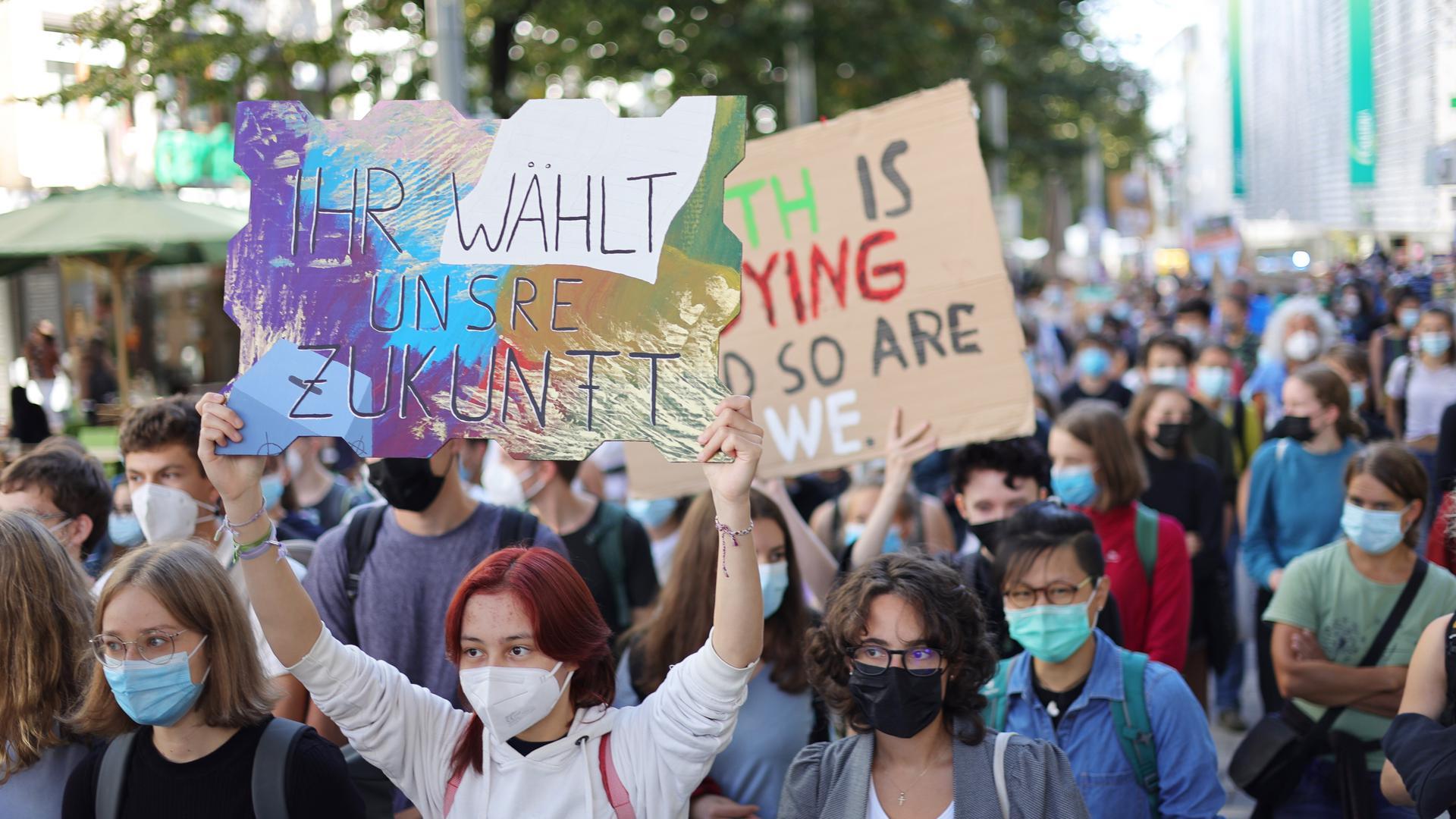 In Pforzheim demonstrieren am Freitag zur Mittagszeit rund 350 Klima-Aktivisten auf dem Marktplatz