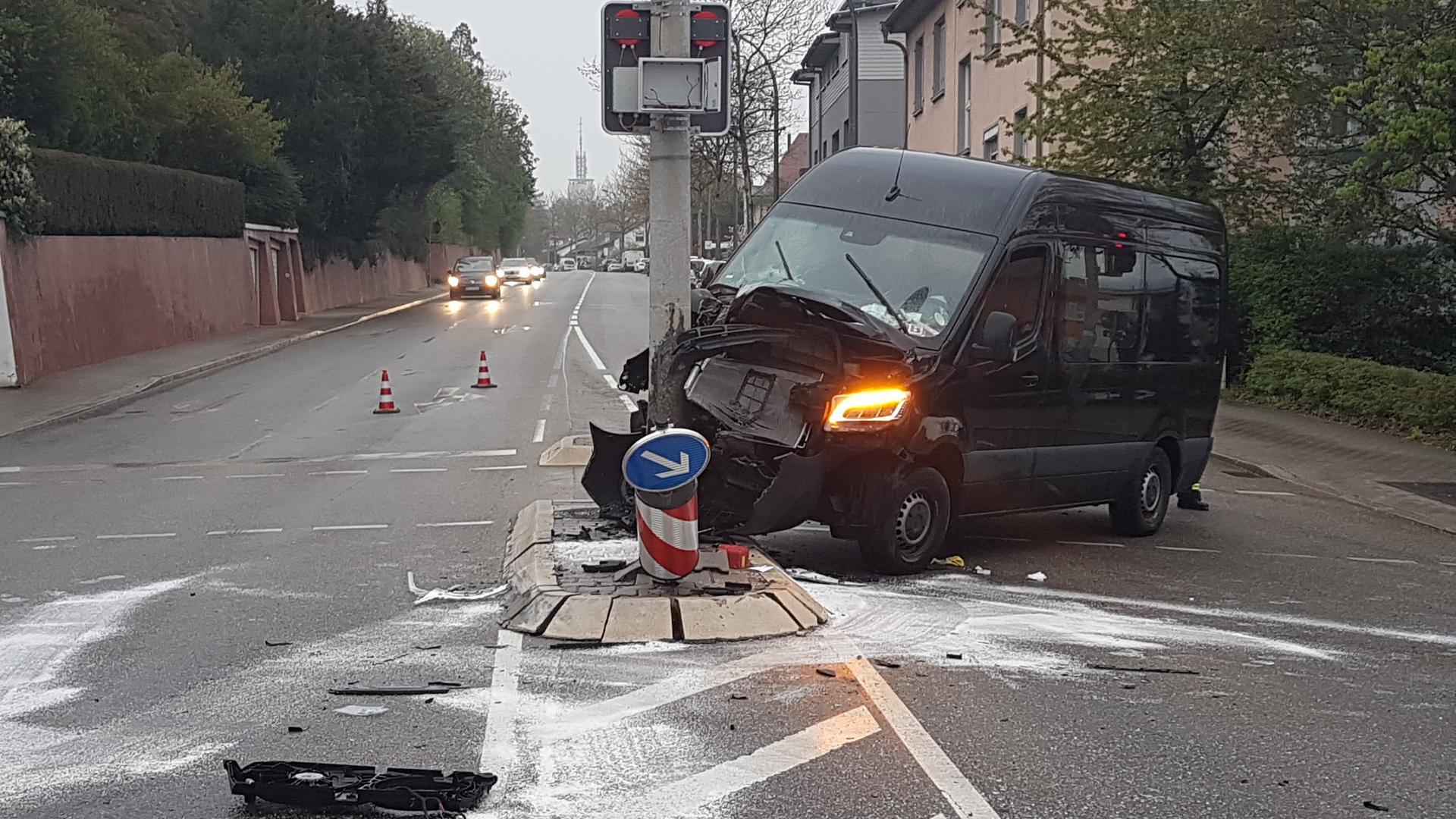 Am Samstagabend hat sich in Pforzheim ein Unfall ereignet. Laut Informationen der Polizei übersah ein Auto eines Lieferdienstes beim Wechsel des Fahrstreifens einen schwarzen Sprinter.Der Sprinter wich aus und prallte gegen eine Laterne.