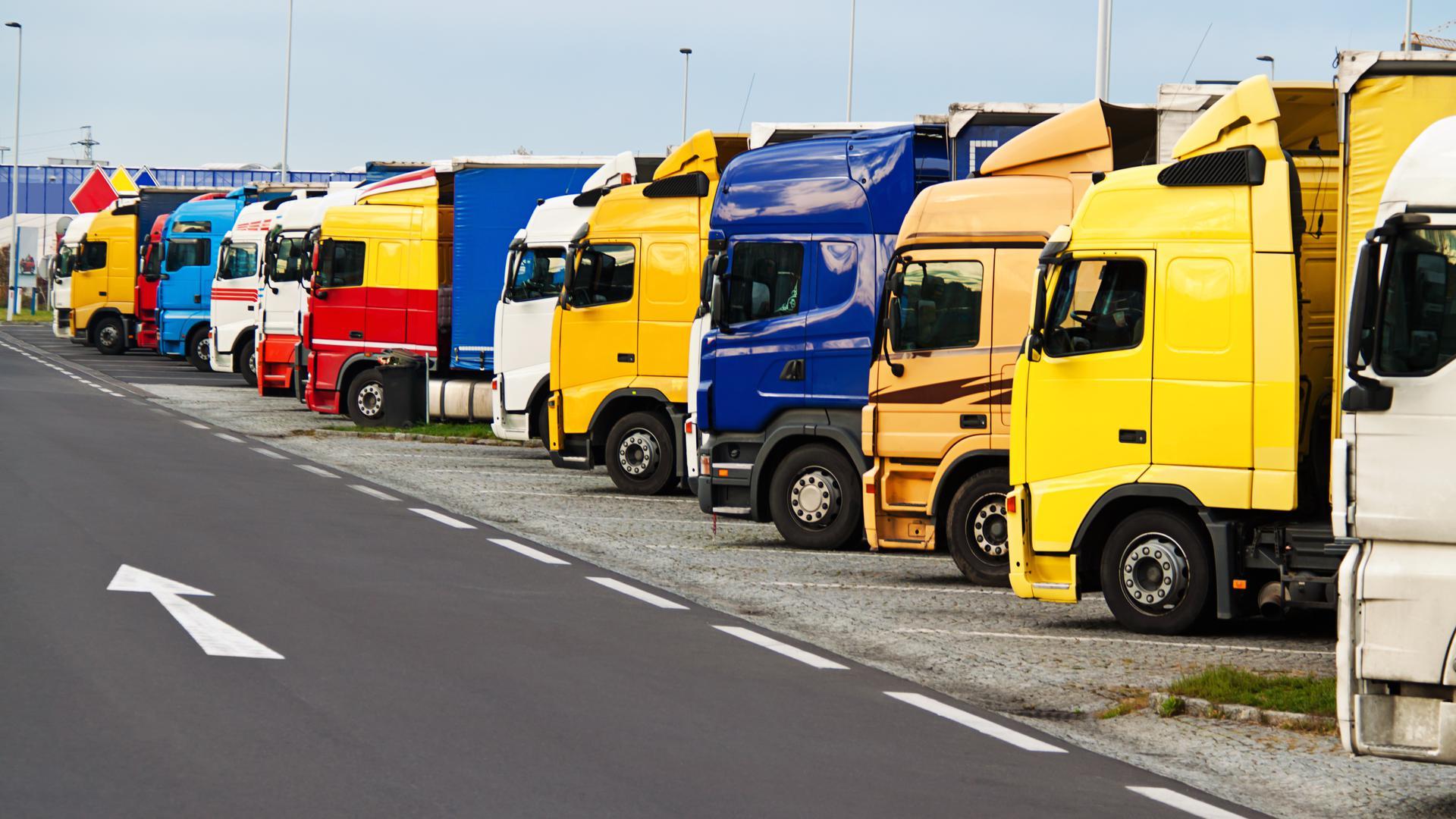Viele LKWs auf einem Parkplatz.
