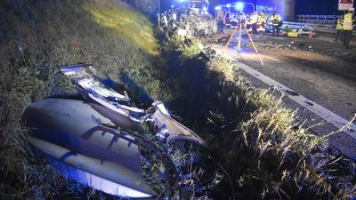 Trümmerteile und Einsatzkräfte auf der A8 bei Pforzheim nach Falschfahrer-Unfall