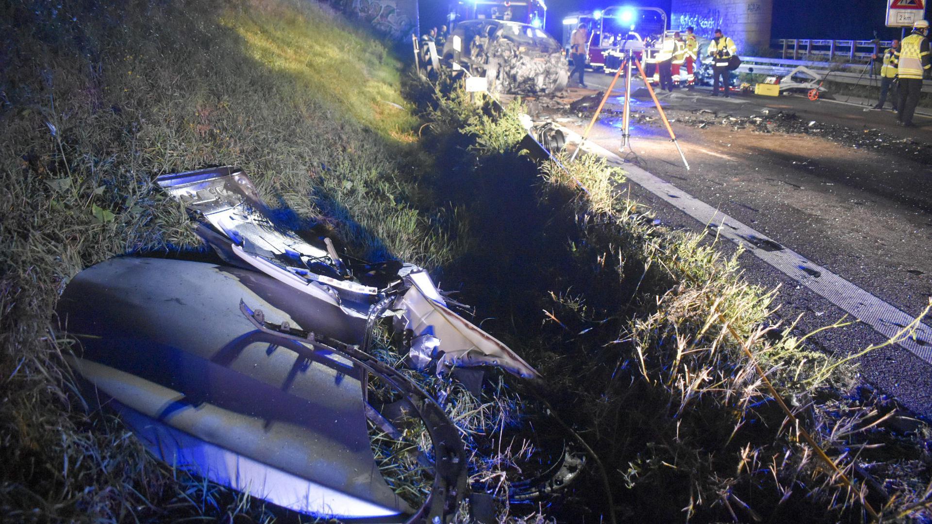 Der Unfall mit drei Toten auf der A8 bei Pforzheim soll technisch rekonstruiert werden.