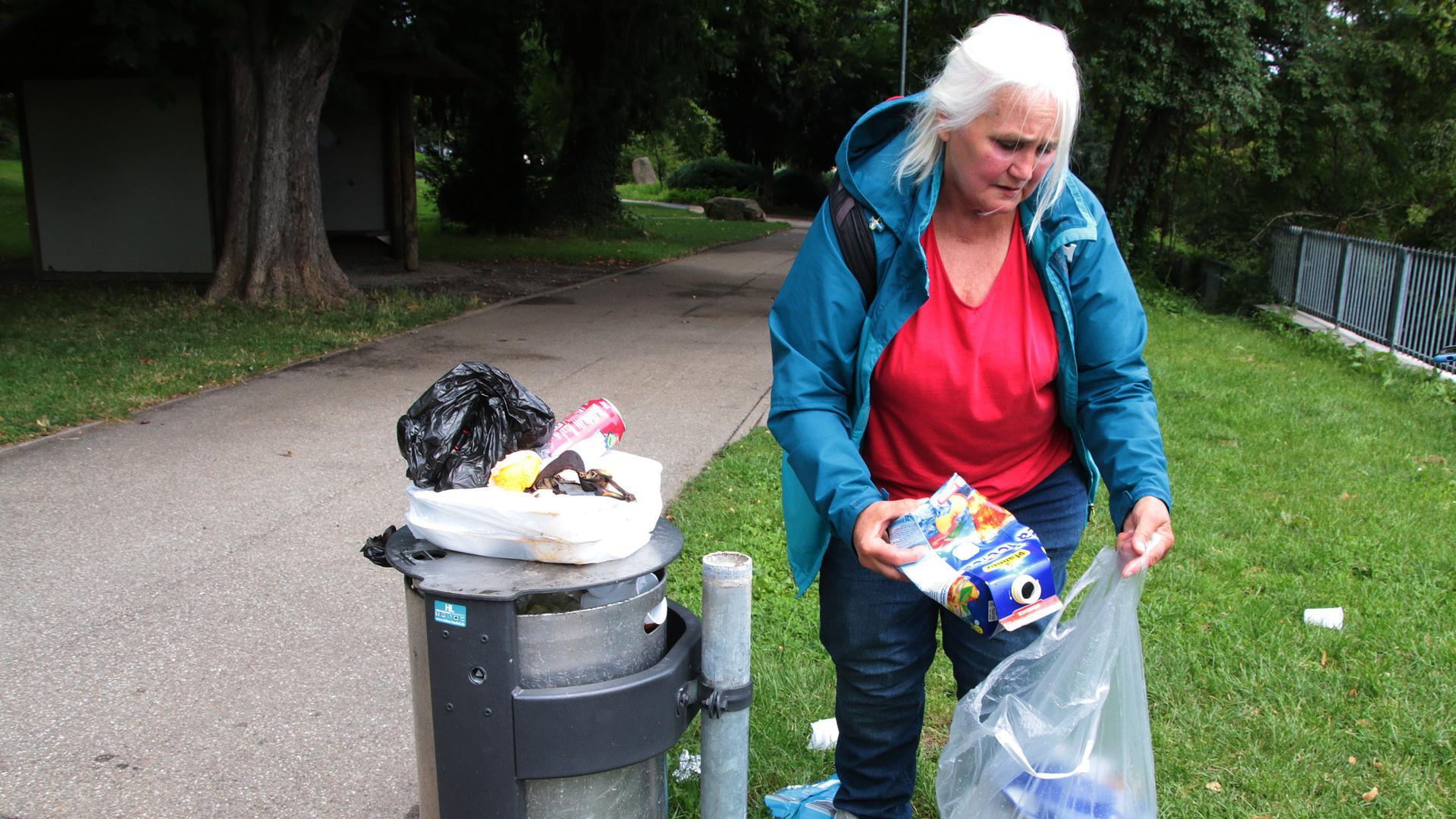 Nena Moschner sammelt Müll im Oststadtpark von Pforzheim