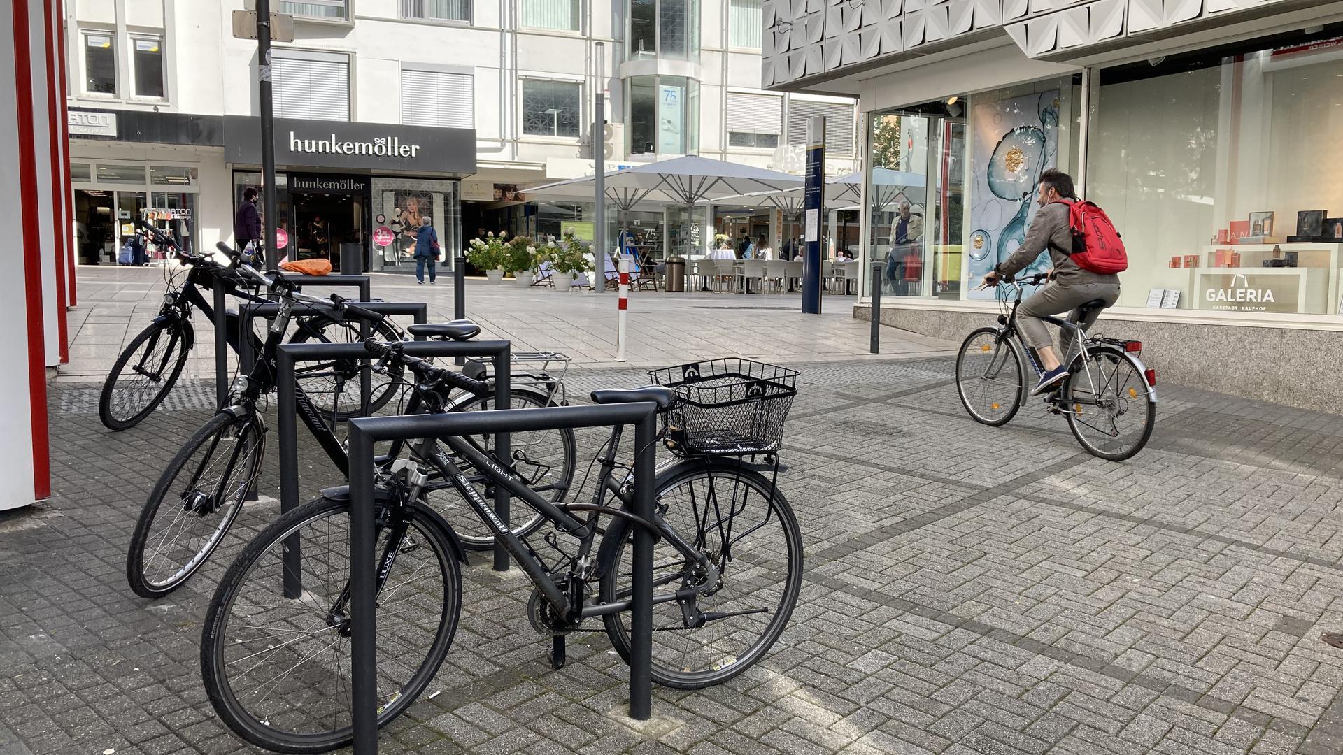 Radfahrer fährt durch die Lammstraße auf die Westliche in Pforzheim und kommt dabei auch an Radständern vorbei