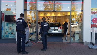 Auto steht im Eingangsbereich einer Apotheke.