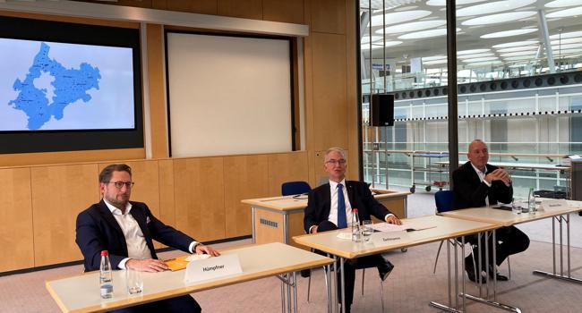 Drei Bankvorstände im Volksbankhaus in Pforzheim: Matthias Hümpfner, Jürgen Zachmann und Jürgen Wankmüller (von links)